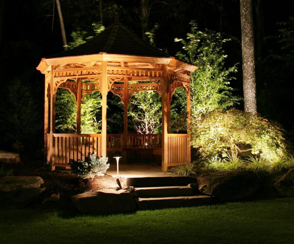 Наиболее красочные растения, декоративные элементы в саду и дорожку, ведущую к беседке, не забудьте подсветить.