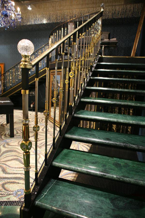 Декоративное оформление перил и балясин зависит от общего стиля помещения .
