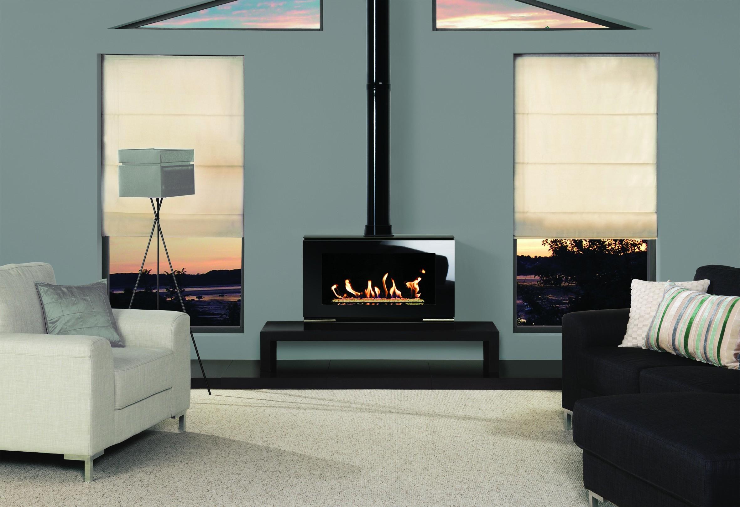 Лаконичность стиля приветствует однотонную обивку на мебели. Она может быть тканевой или выполненной из глянцевой кожи.