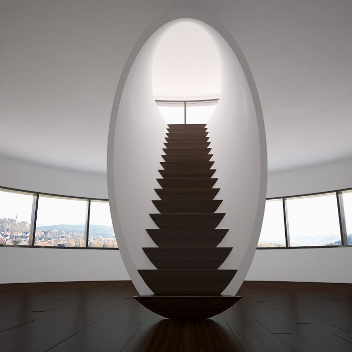 При минимальном количестве декоративных элементов и аксессуаров в интерьере, сама лестница стала изюминкой и украшением в доме.