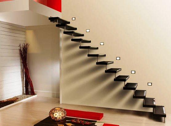 Разместите лестницу так, чтобы она занимала минимум полезной площади.