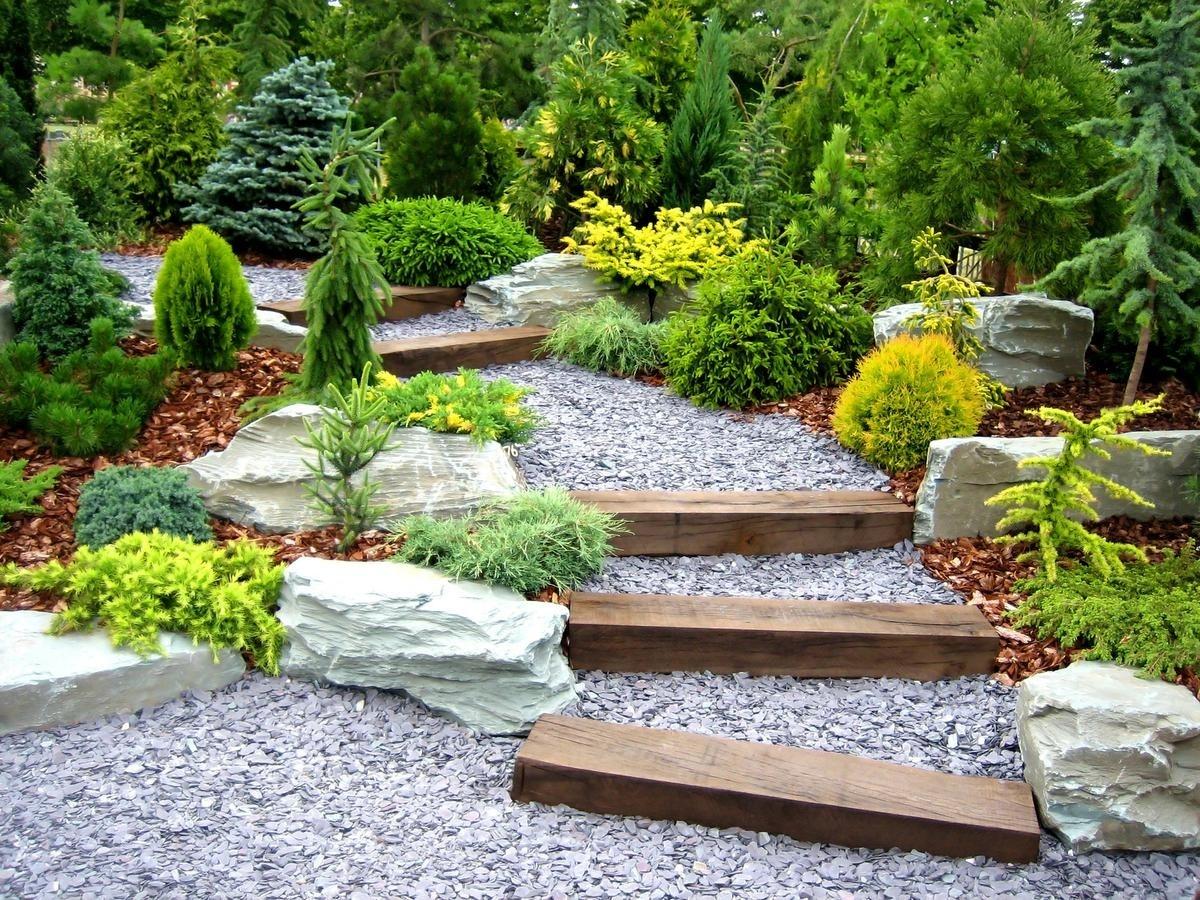 Маленькие аккуратные растения, посаженные вдоль вьющейся тропинки, придают ей чистые и спокойные черты японского сада.