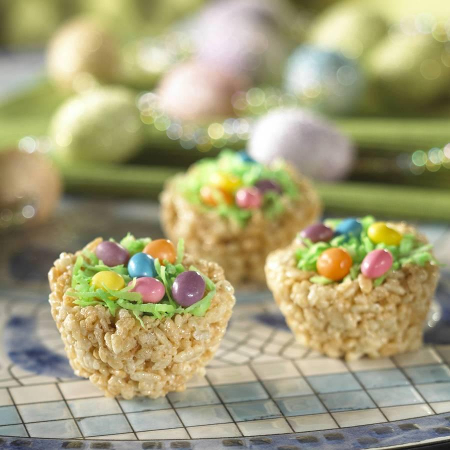 Вкусности для детей можно оформить как пасхальную корзинку или кулич.