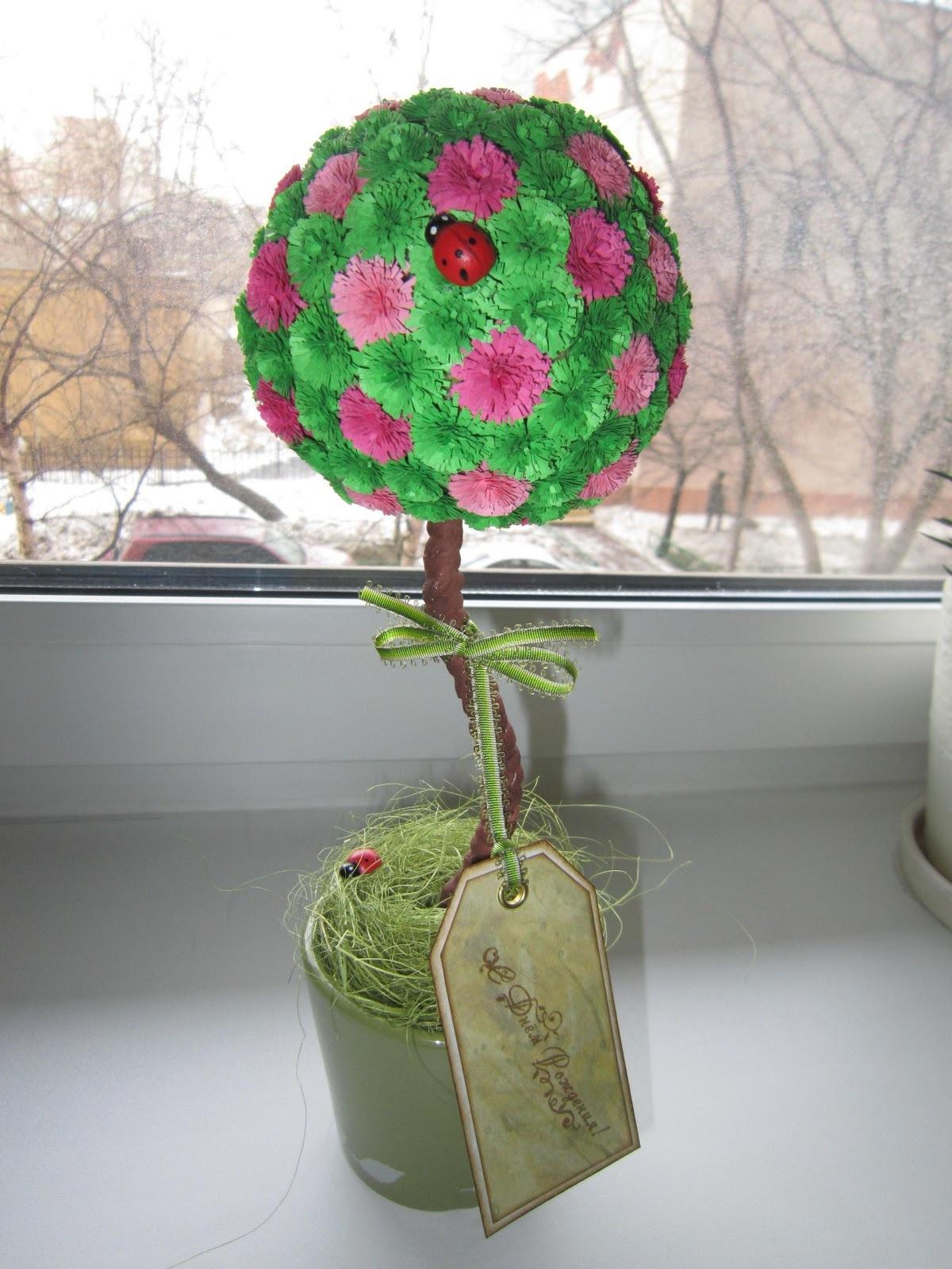 Шар для кроны можно декорировать цветами, камешками, ракушками, зернами кофе.