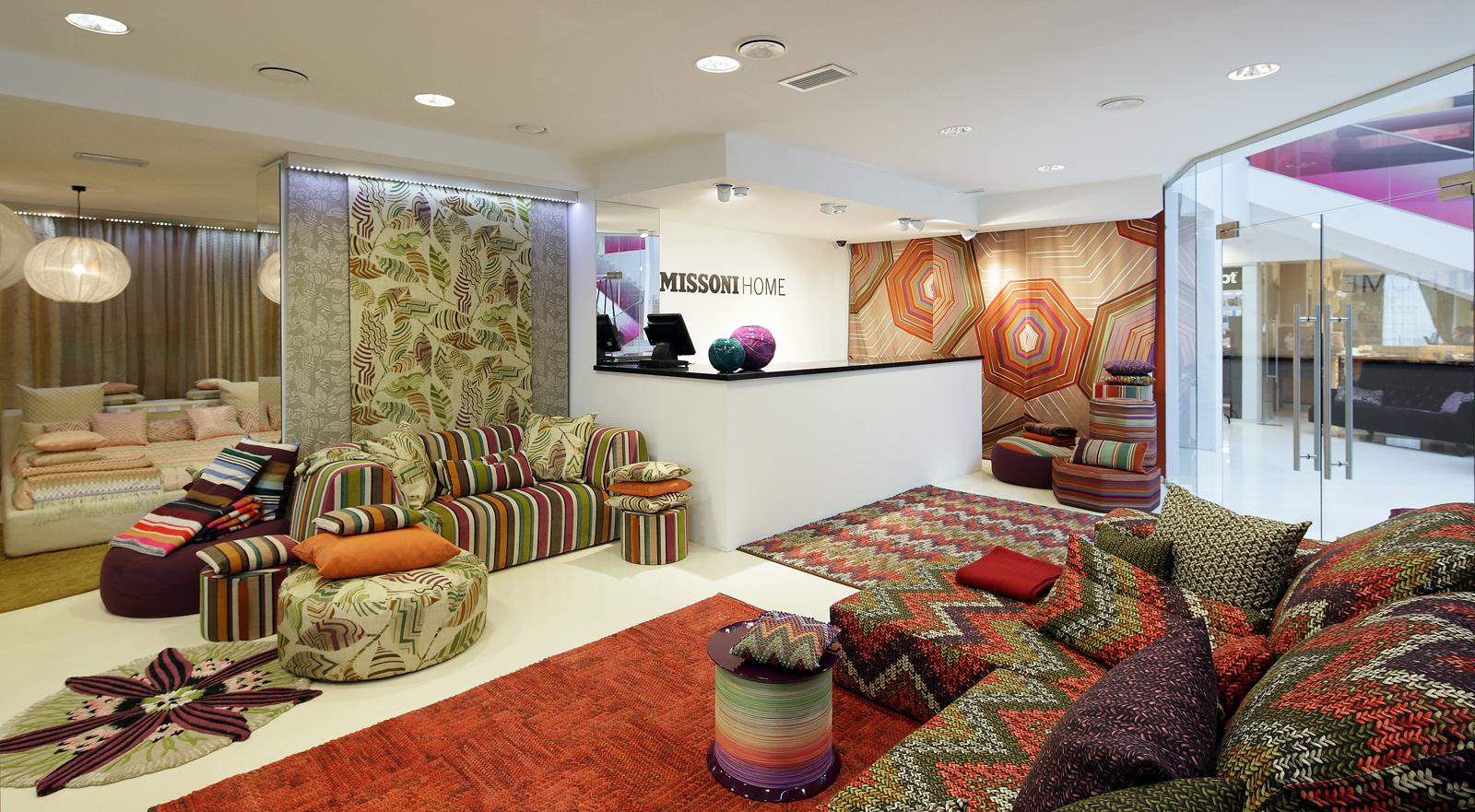 В восточный дизайн гостиной великолепно впишутся декоративные диванные подушки с вышивкой, характерным орнаментом.
