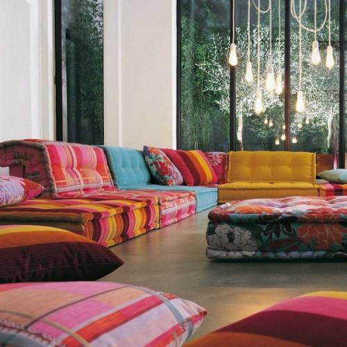 В гостиной и столовой, в спальне и кухне - напольные подушки используются повсюду.