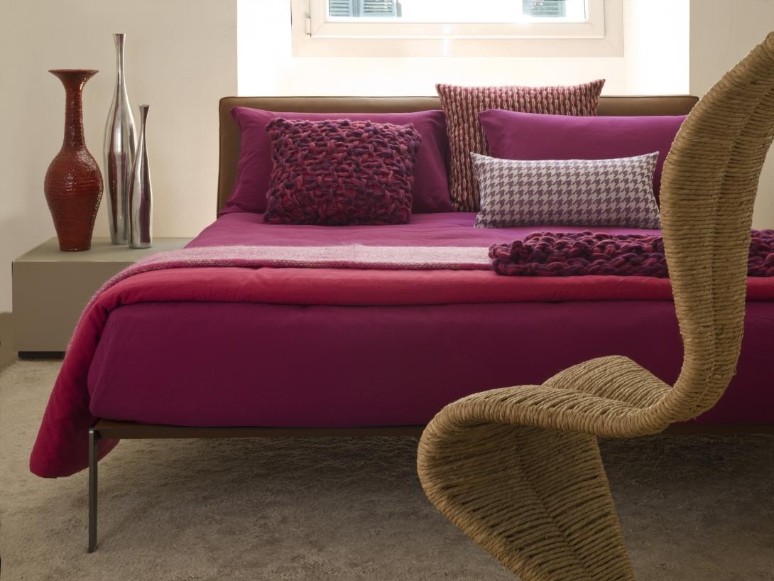 При помощи ткани на подушках можно легко ввести в интерьер дома различные орнаменты и фактуры.