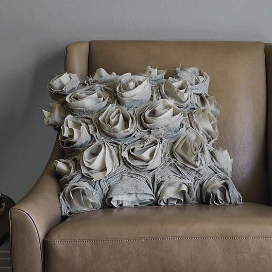 Пошейте подушки своими руками из материалов, соответствующих стилю и не выбивающиеся из общей картины.