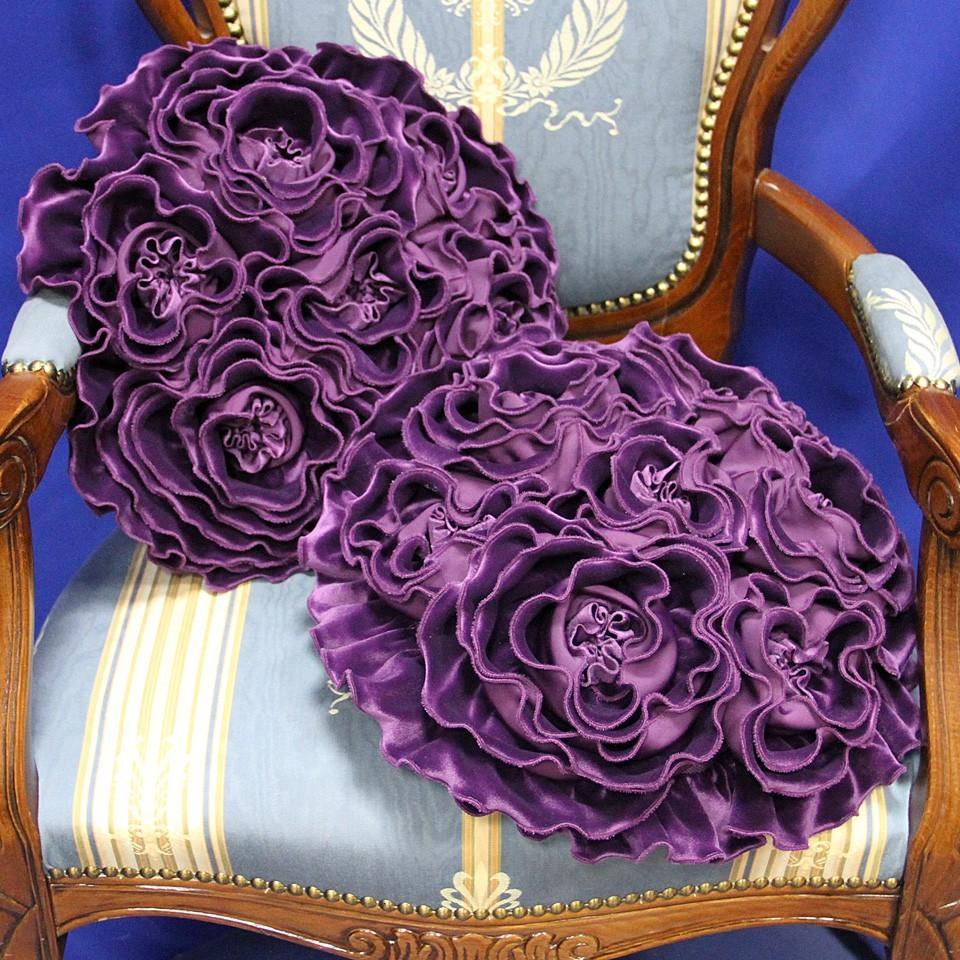 Кружево, рюши, цветочный принт, декор из текстильных элементов для подушек помогут привнести романтическое настроение