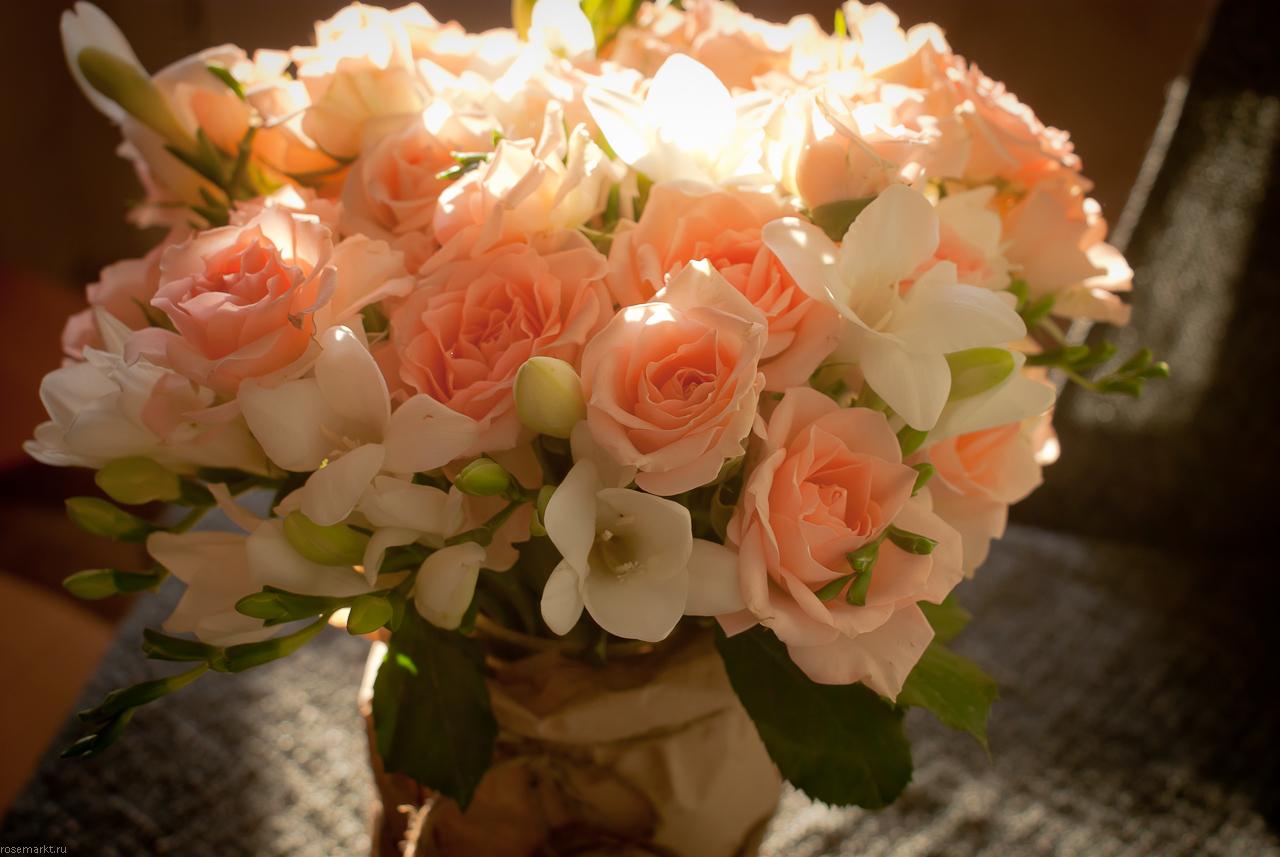 Букет из кустовой розы розового оттенка и белоснежной фрезии в необычной вазе.