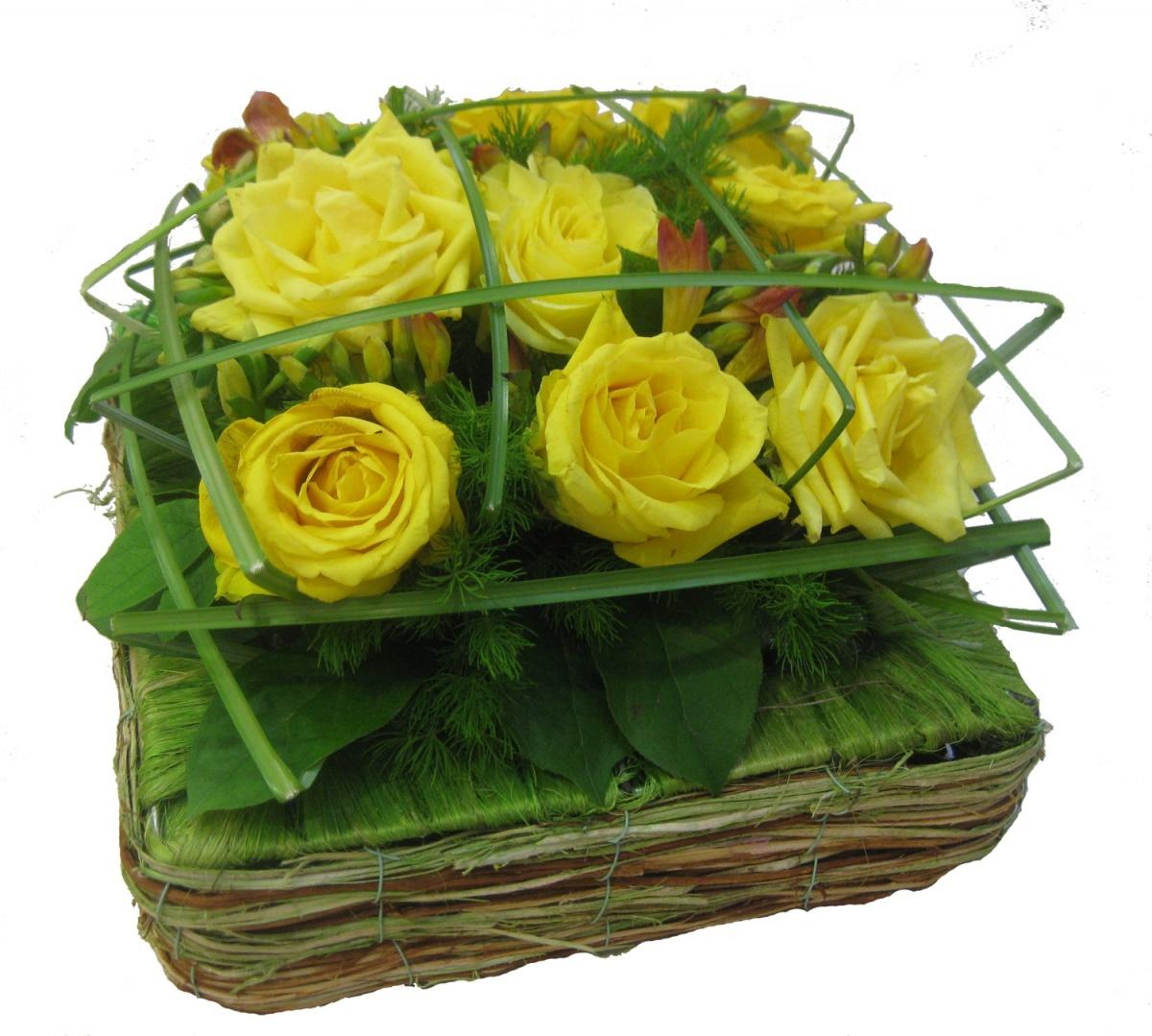 Традиционно мужчинам предпочитают дарить крупные цветы: розы, хризантемы, каллы, ирисы, гвоздики.