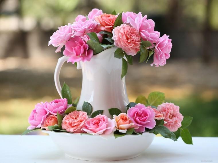 Ваза с розами вдали от солнечного света