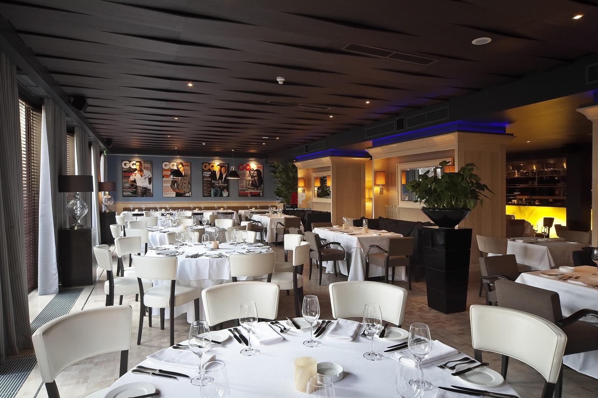 Интерьер европейского зала ресторана в стиле фьюжн. Потолок оформлен широкими панелями, которые располагаются в разных плоскостях.