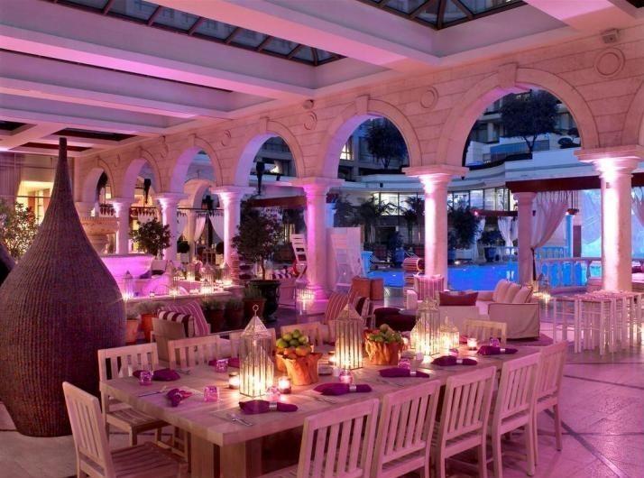 """Бар и ресторан """"Аметист"""" находятся в отеле Phoenicia в Бейруте."""