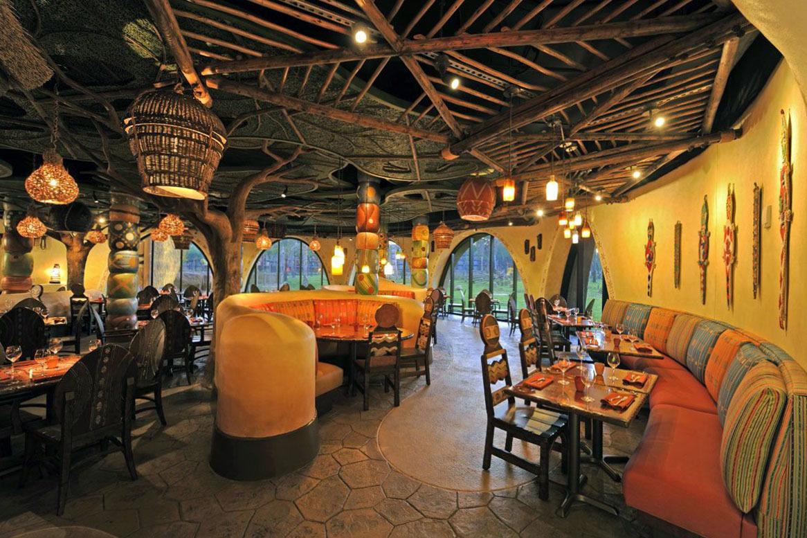 """Сочетание """"легких"""" и """"тяжелых"""" цветов поможет создать комфортный интерьер, в котором посетители ресторана смогут провести максимально много времени."""