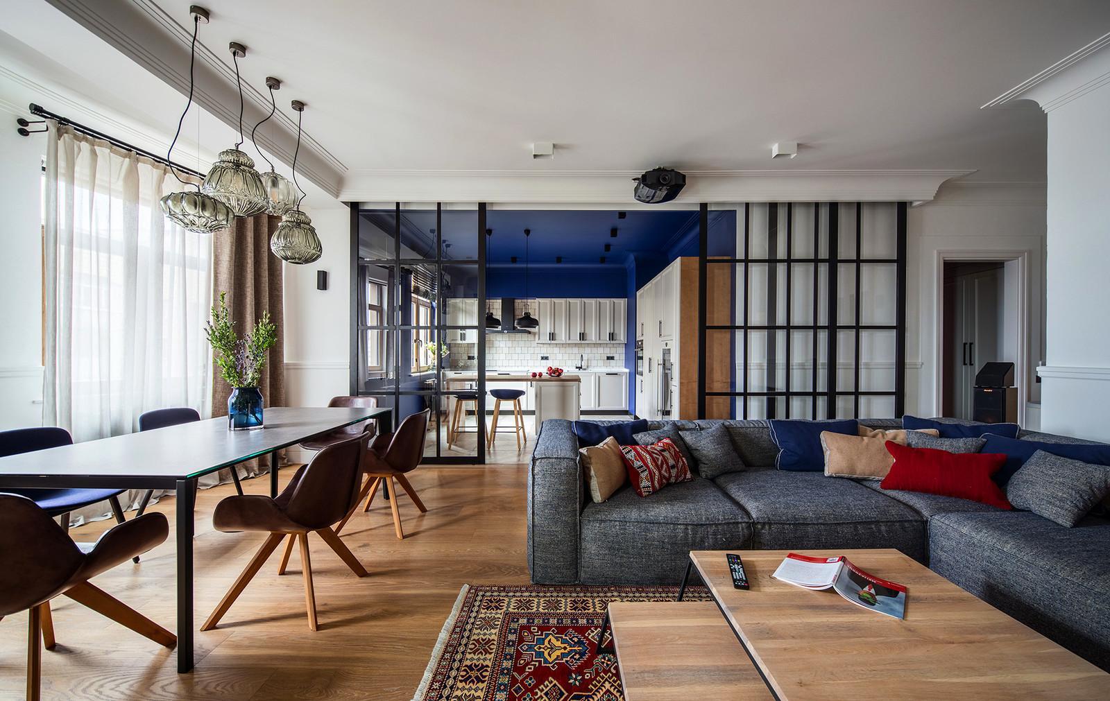 Гостиная непременно должна иметь зону отдыха, которая обычно обозначается мягким ковром на полу, мягкой мебелью с подушками, ТВ- зоной и приглушенным освещением.