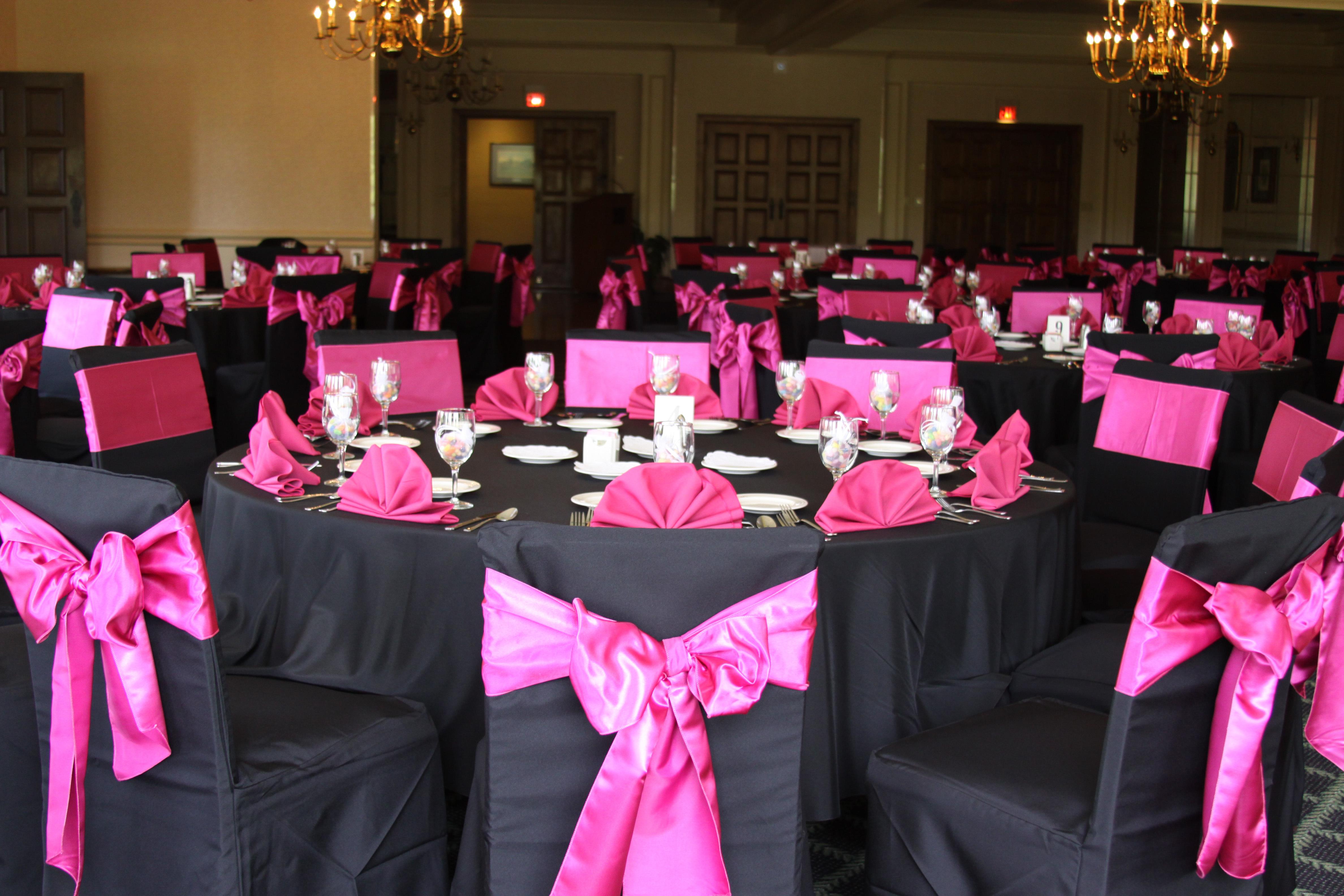 Чехлы для стульев и кресел придают интерьеру праздничный и романтической оттенок, подчеркивают индивидуальность заведения.