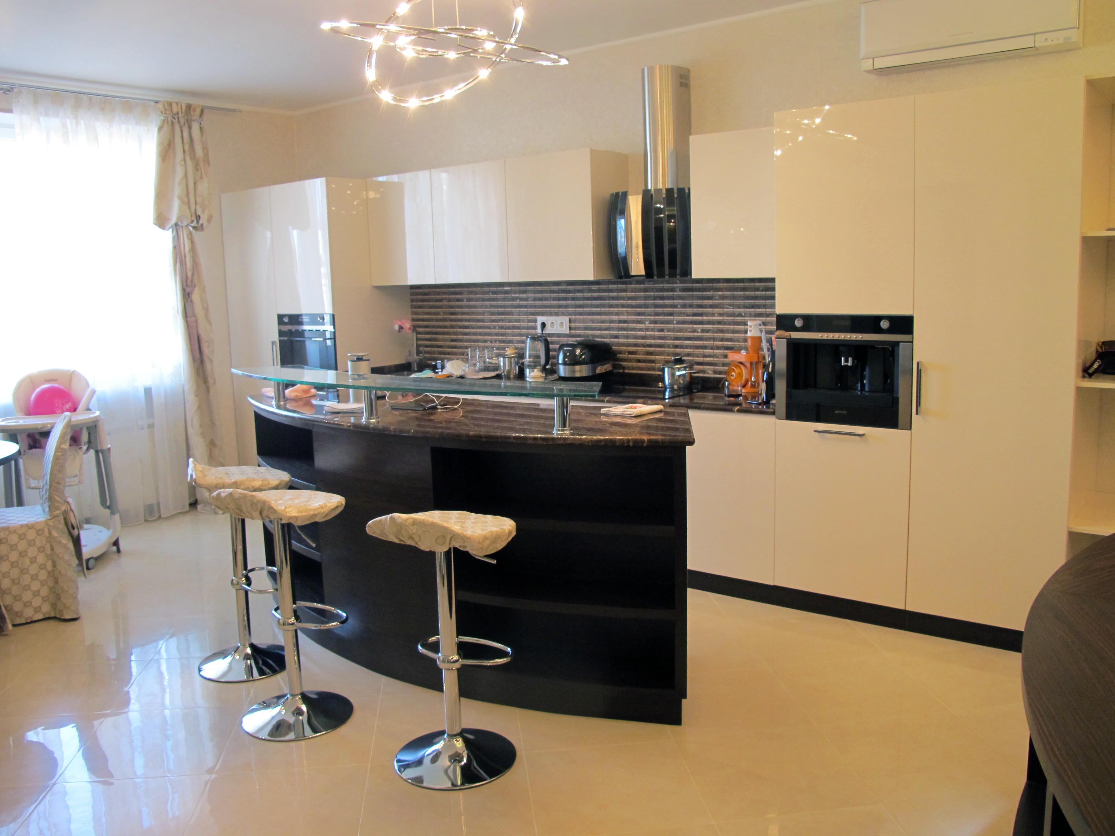 Дизайн гостевой зоны гостиной должен вписываться в общий стиль помещения и соответствовать тем развлечениям, которые составляют досуг хозяев дома и их гостей.