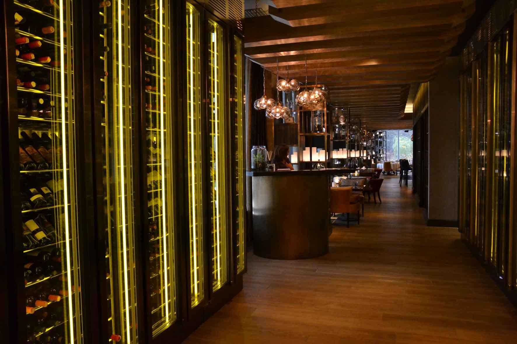 Шкаф для вина, шкаф для виски или шкаф для коньяка должным образом отвечают за длительное хранение и отлично справляются с демонстрацией напитков в торговом помещении.