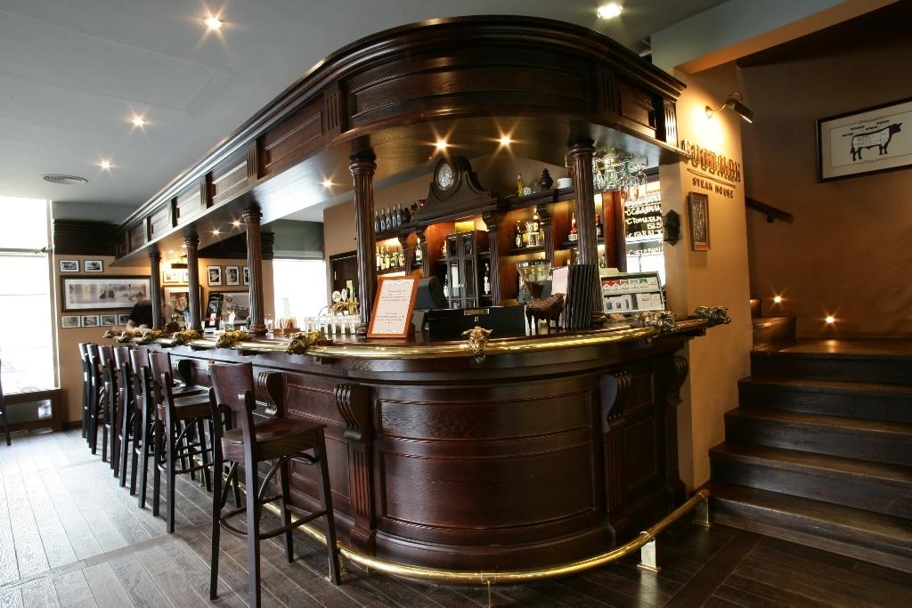 Посуда, приборы и напитки для изготовления коктейлей должны располагаться в определенном порядке, барная стойка должна иметь множество полок и отсеков для хранения.