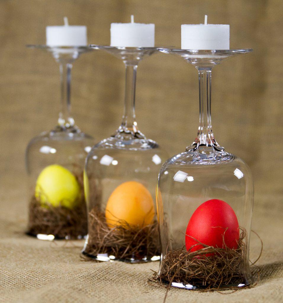 Пасхальный декор с крашенками и бокалами