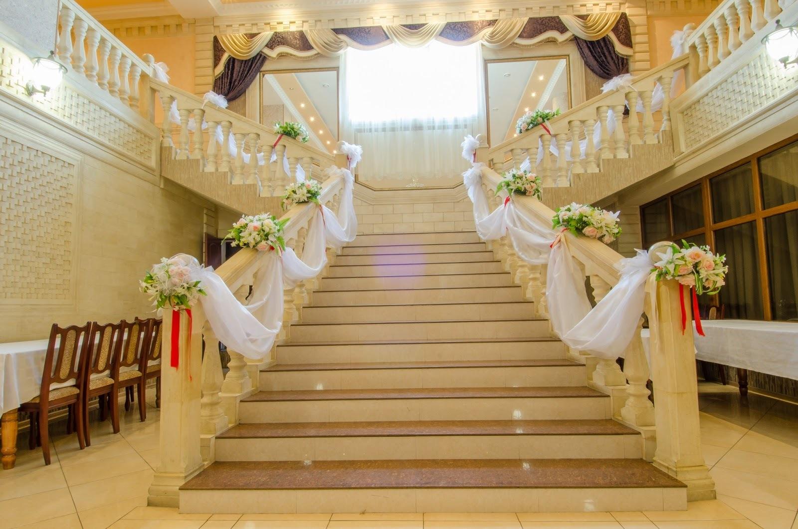 Цветочный декор для оформления лестниц.