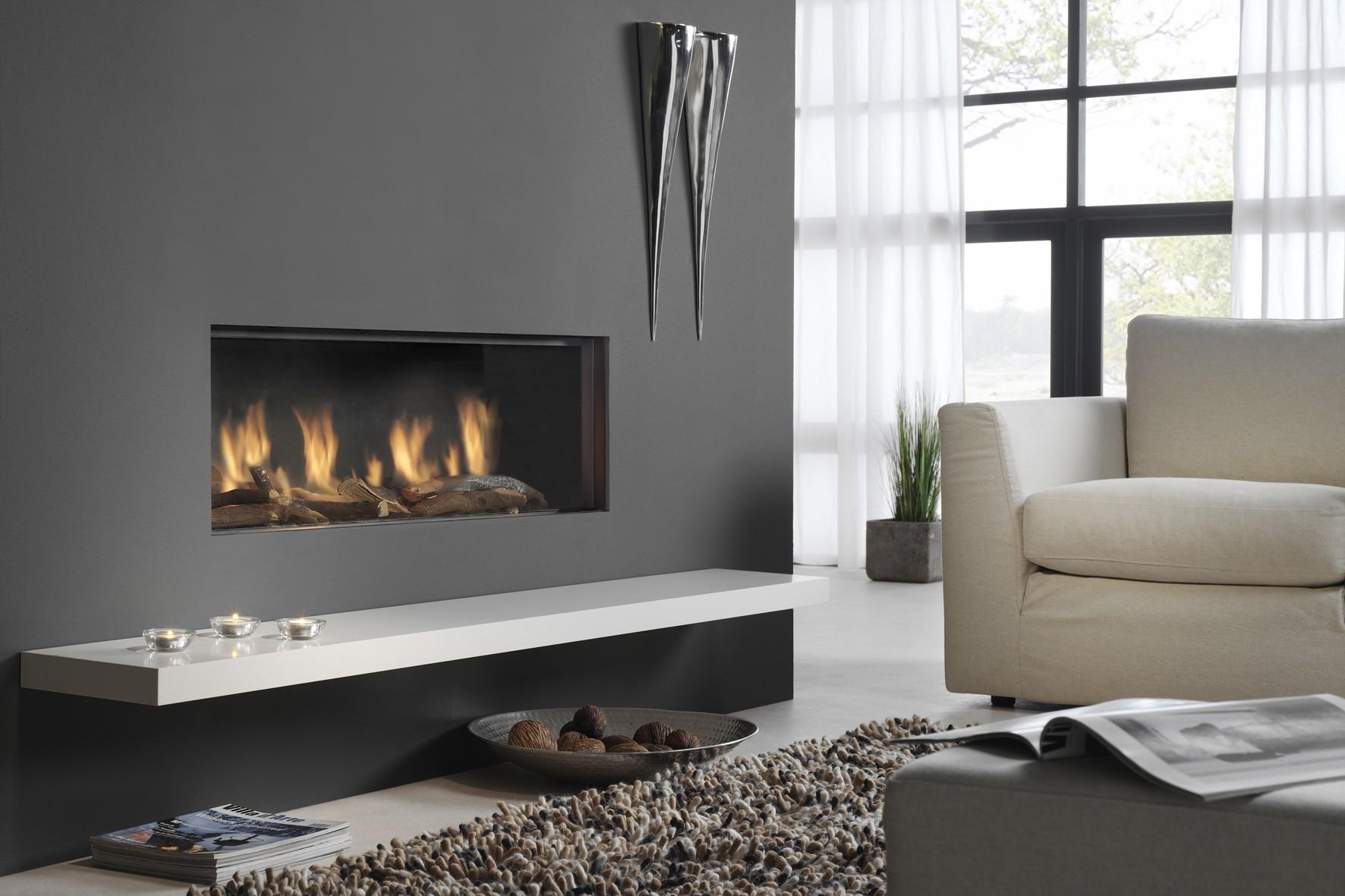 В интерьере гостиной в стиле минимализм прекрасным будет сочетание черно-белой гаммы вместе с множеством спокойного, рассеянного света.