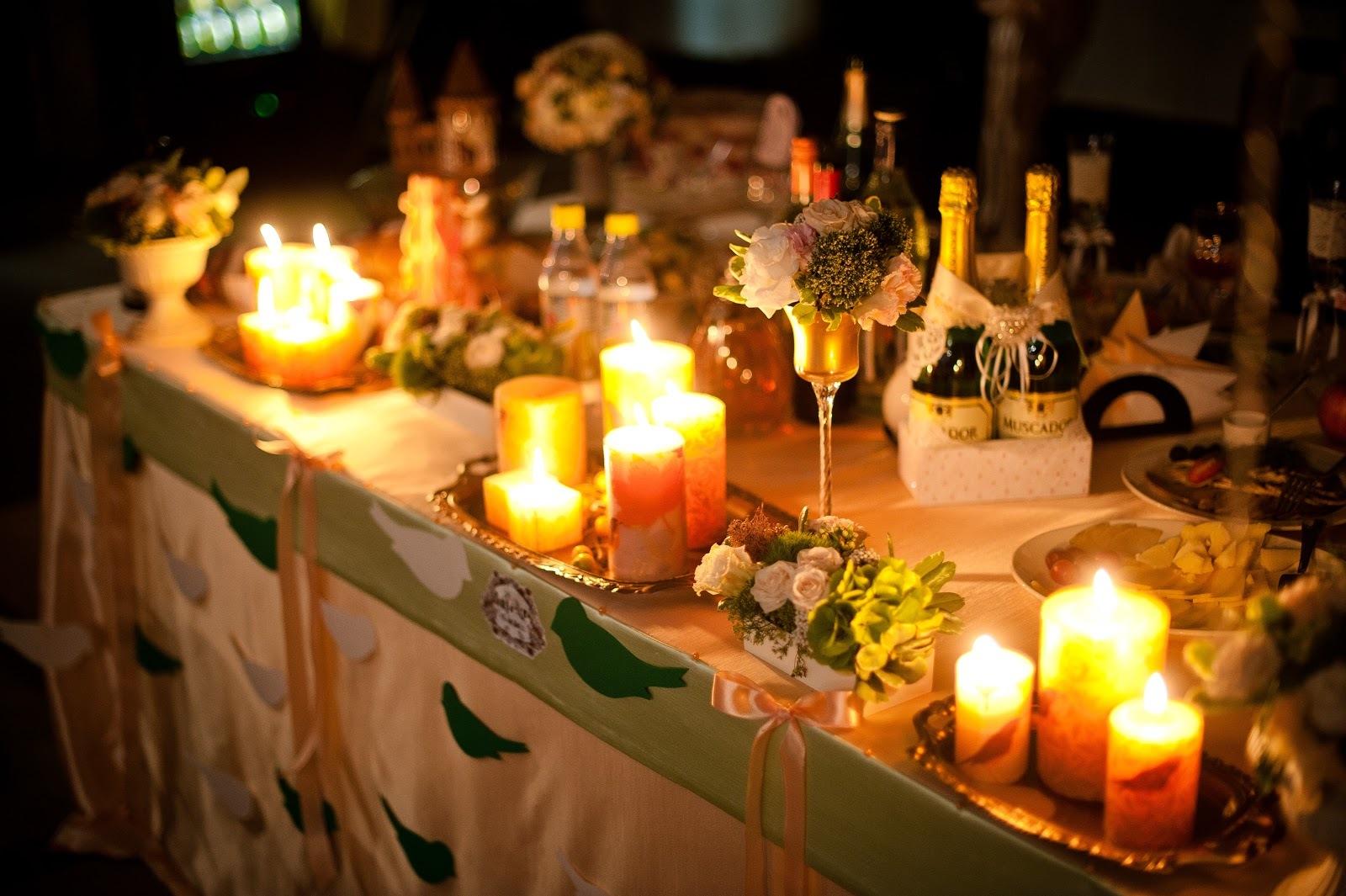 Блики, расставленных на столах свечей, прекрасно передадут атмосферу романтики и надежд на будущее.