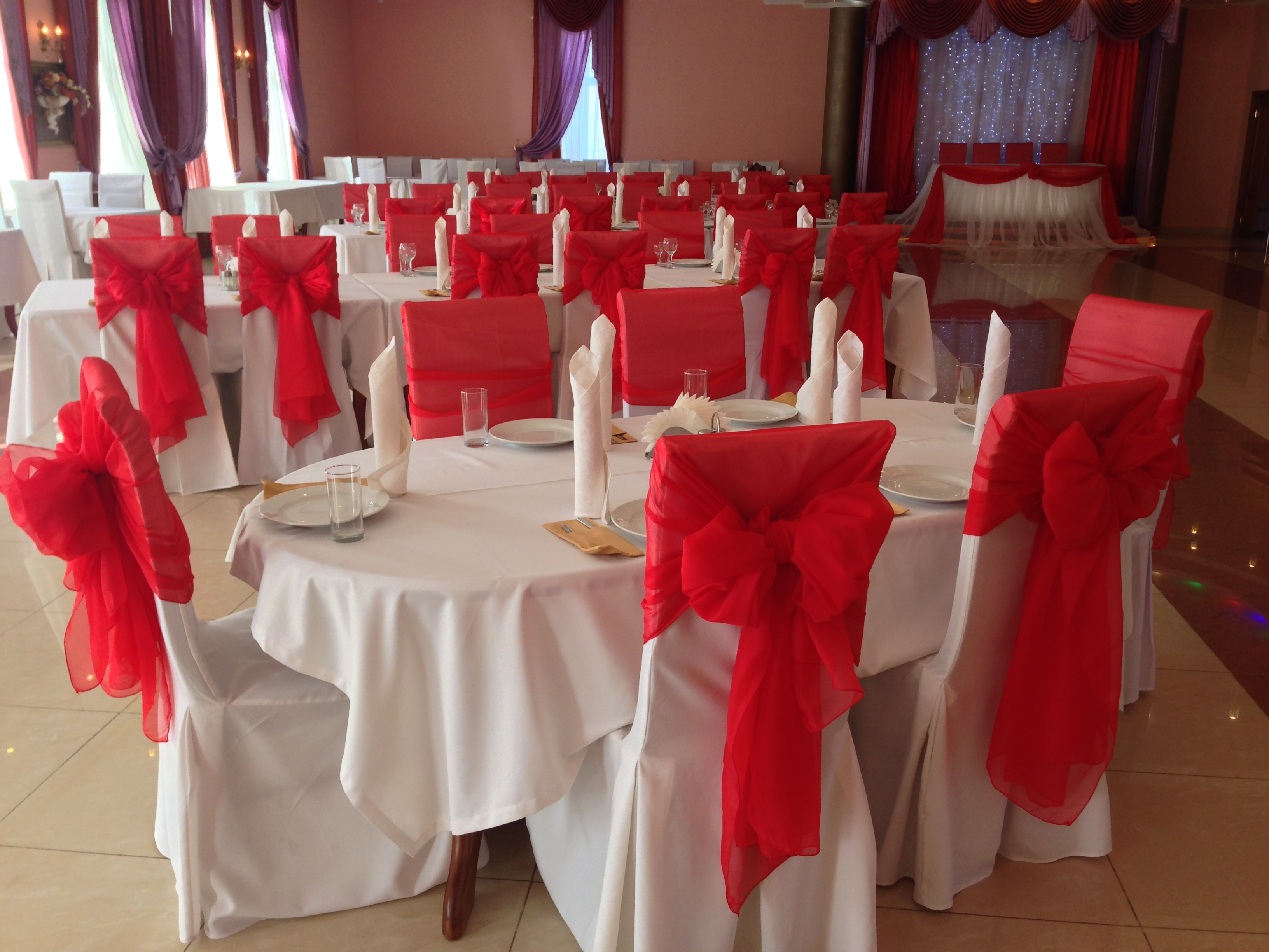 Текстиль позволяет оформить пространство изысканно и в соответствии с концепцией ресторана.