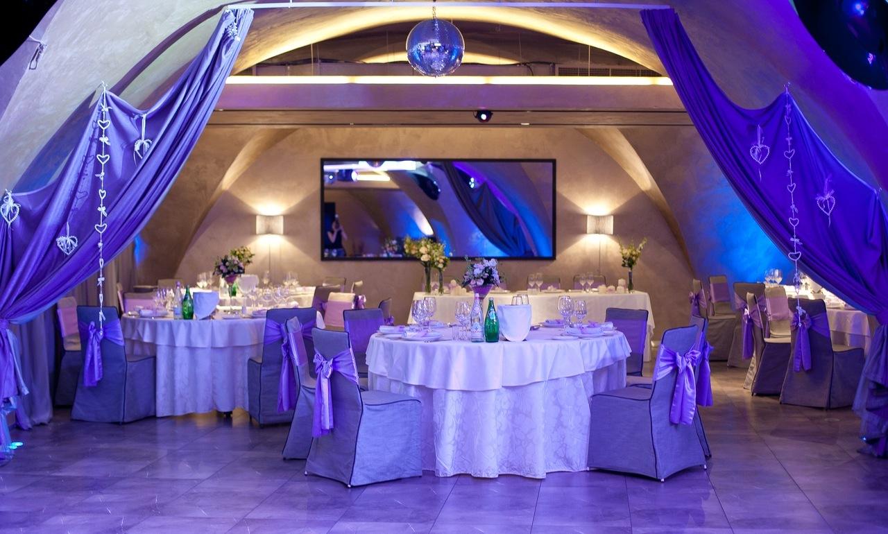 В  молодежном ресторане идеальным решением станут яркие, запоминающиеся шторы их легких тканей и без помпезности.