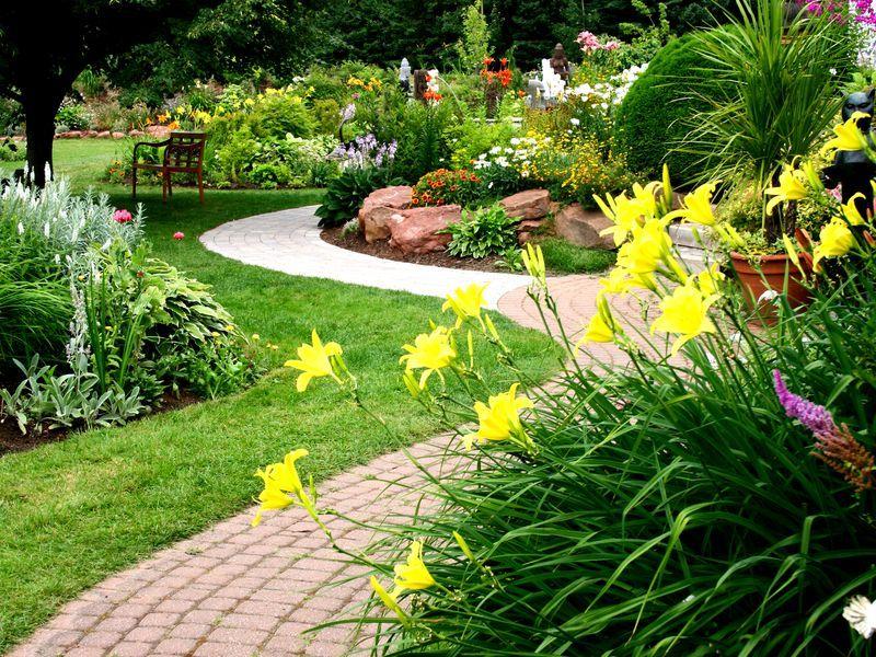 При организации своего участка используйте не только прямые линии, но и кривые: извилистые дорожки, неровные границы цветников и клумб.