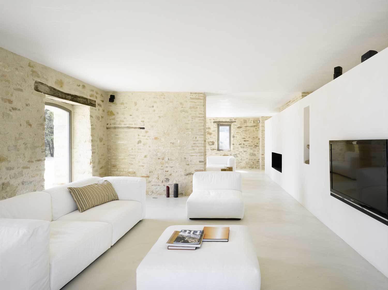 Распространенные варианты отделки стен в гостиных в стиле минимализм — это рельефная штукатурка, покраска стен, отделка пробковыми панелями и другим деревом.