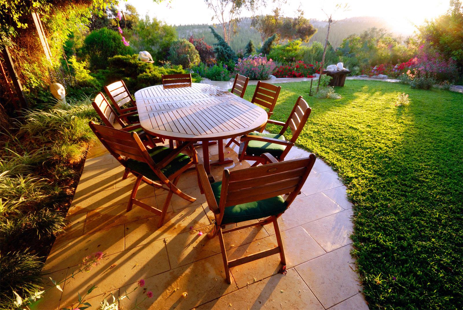 На освободившемся солнечном месте, можно организовать огород или розарий, сделать мощеную площадку для патио или поставить фонтанчик.