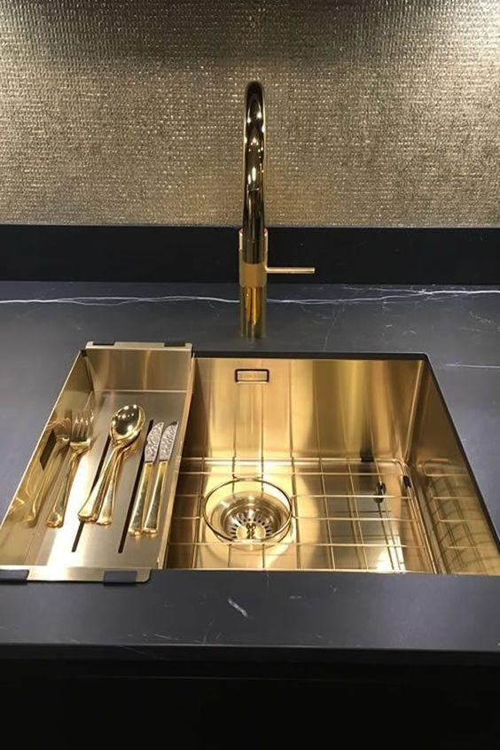 Роскошная кухонная мойка в золотом цвете