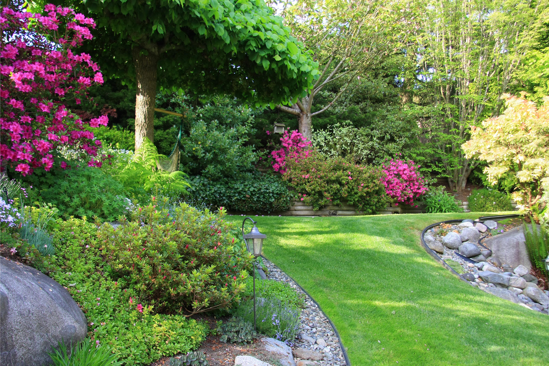 Цветущий и ухоженный садовый участок - это не только прекрасные растения и удобные беседки, но и наш труд и потраченное время.