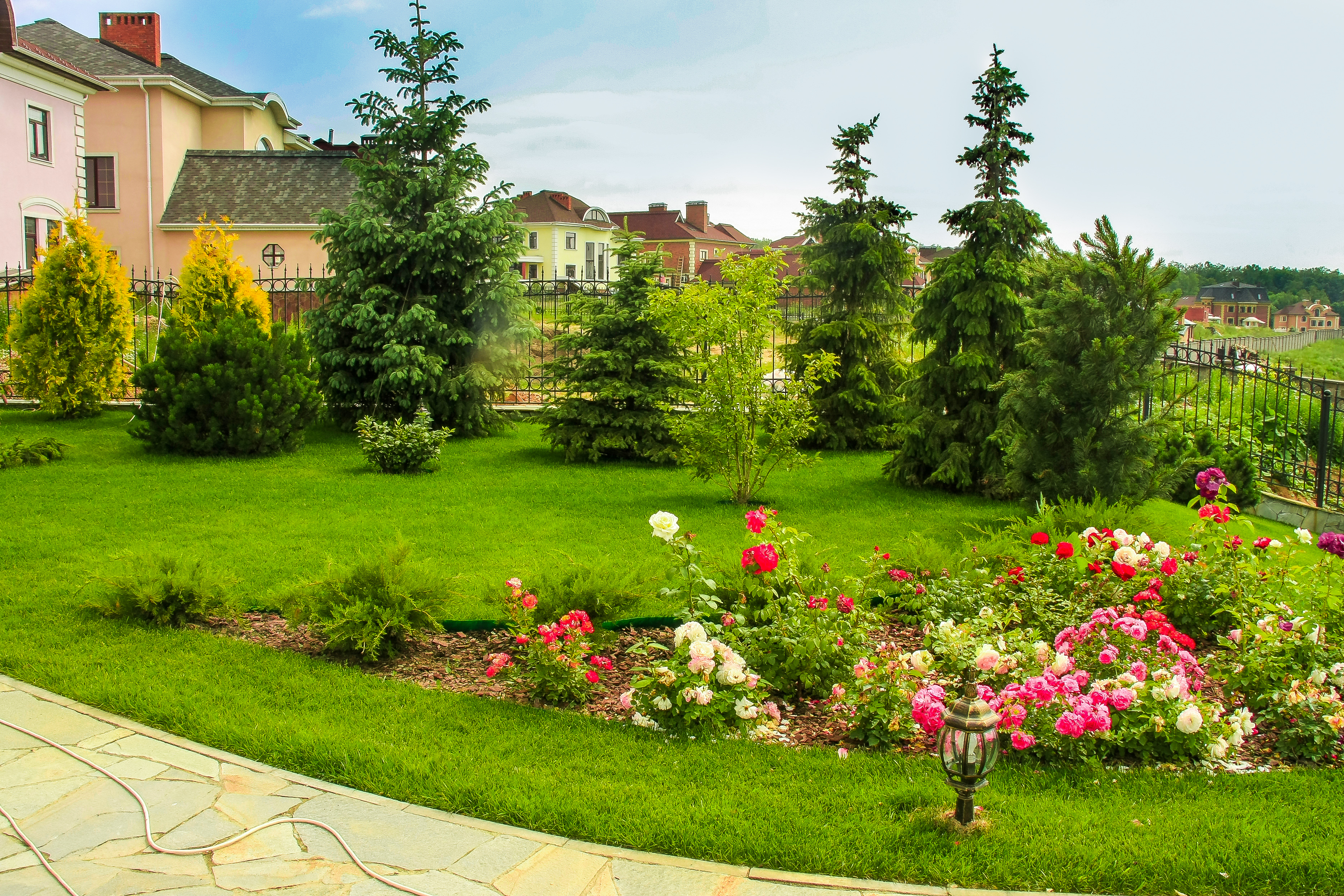 Часто участки украшают газоны и лужайки, за которыми необходимо ухаживать