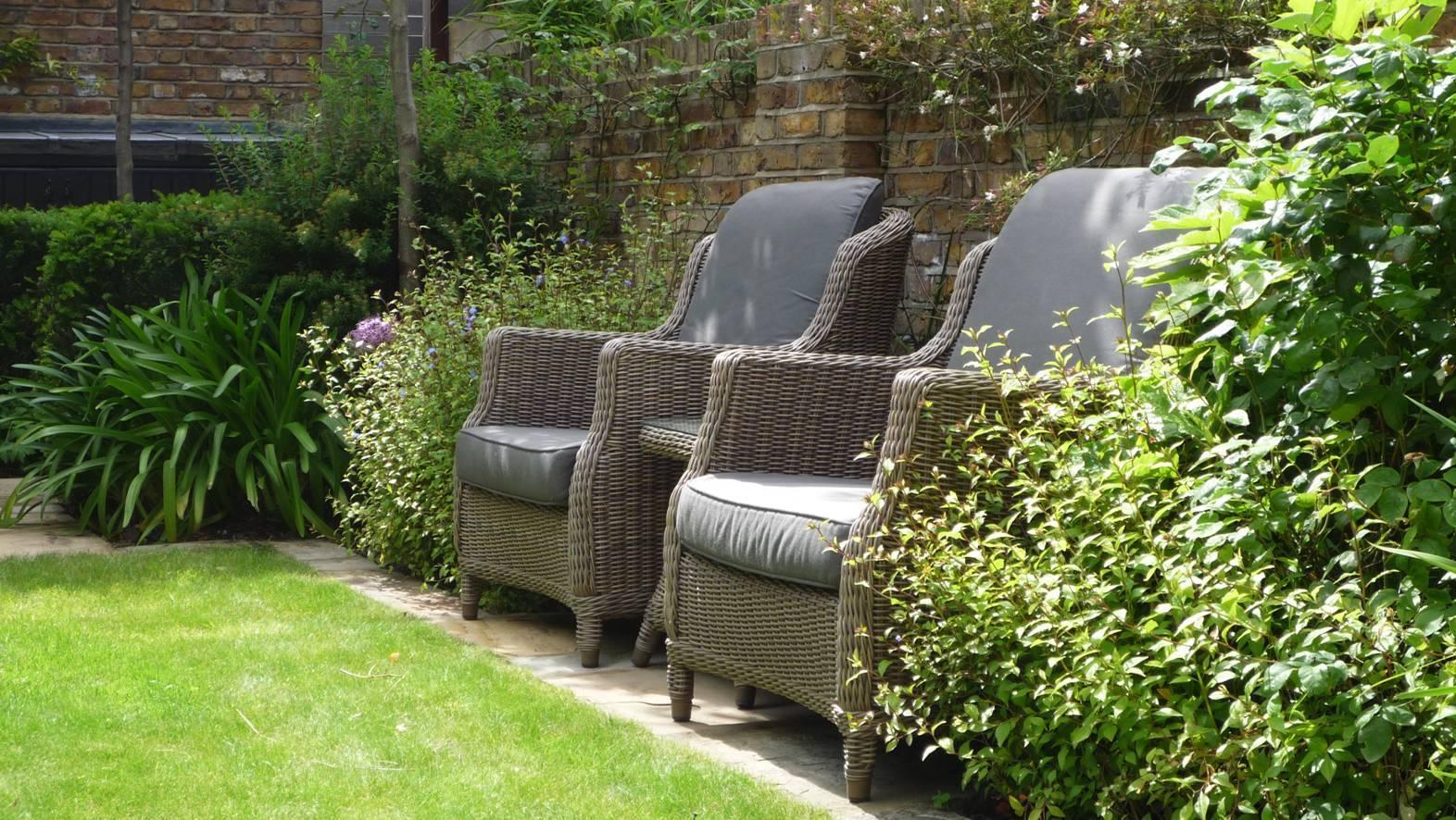 Удобная садовая мебель поможет отдохнуть после работы