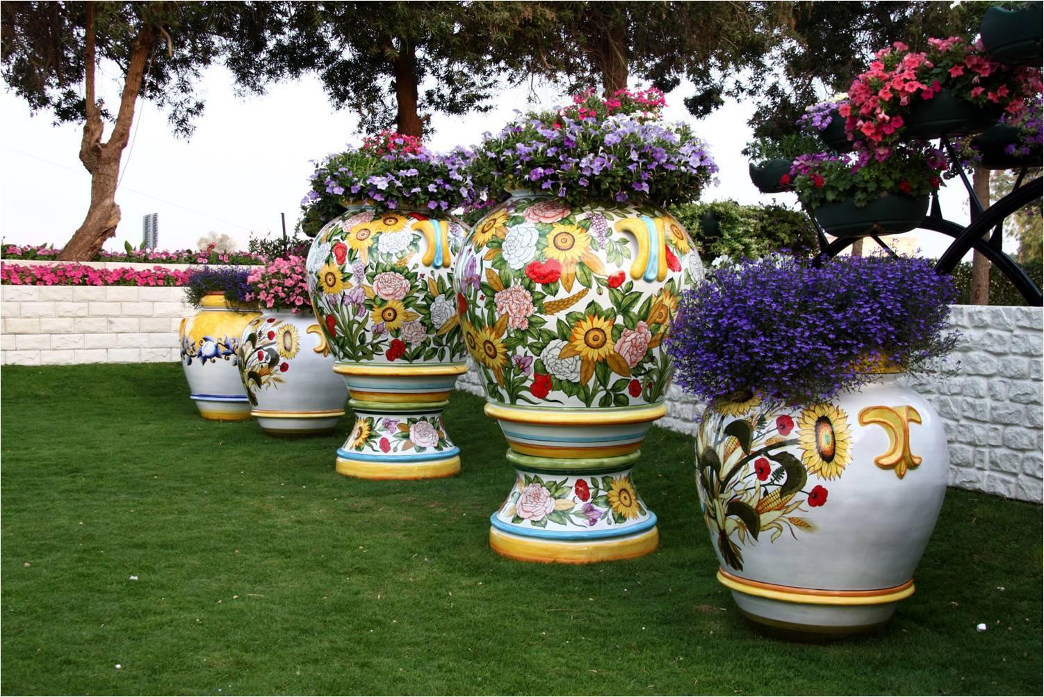 Оригинальные керамические горшки могут могут стать и чайным столиком и цветочной клумбой