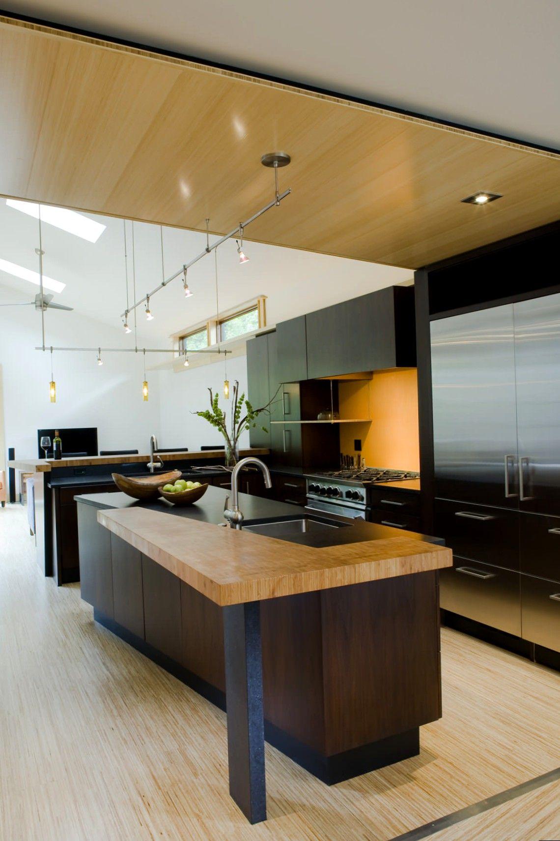 Современная кухня с комбинированными фасадами.