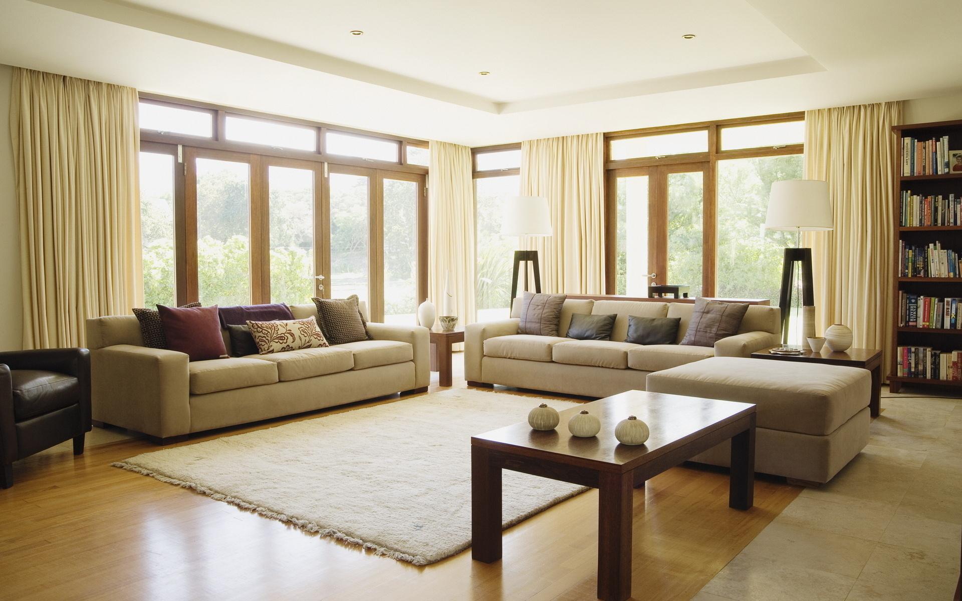 Хотя освещенность такого интерьера имеет первостепенное значение, люстры, тем не менее, встречаются в оформлении не часто. Предпочтительней монтировать точечные светильники в потолочные конструкции, располагать светодиодные ленты в скрытых панелях мебели,