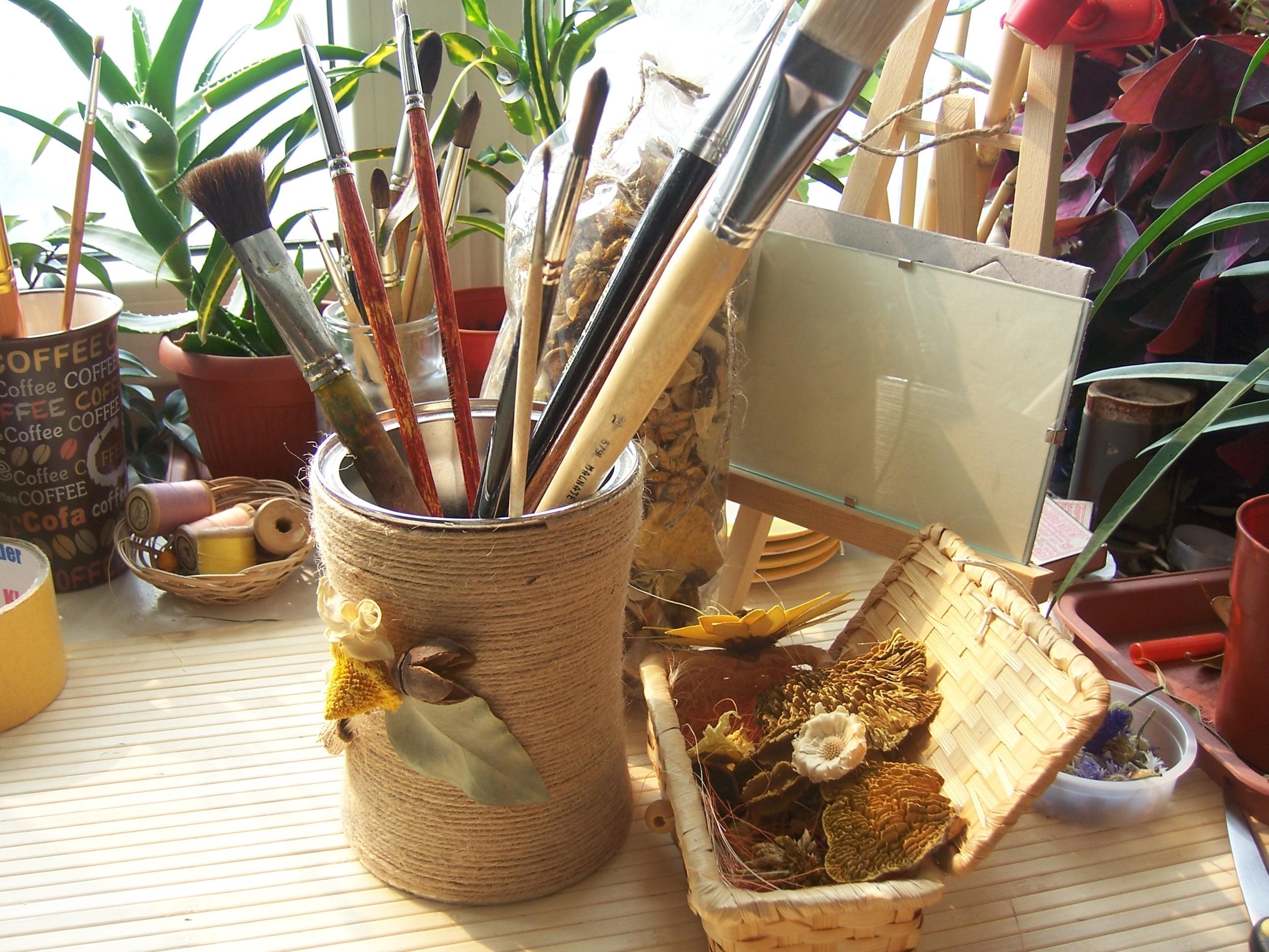 Удобные контейнеры для разной мелочи, канцелярии, сыпучих продуктов, туалетных принадлежностей получаются из жестяных банок из-под чая, кофе.
