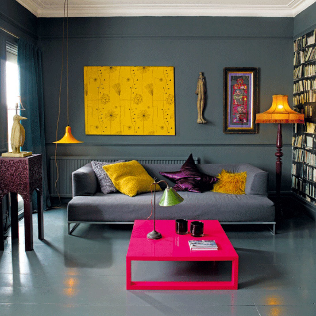 Яркий, провокационный цвет создает интересный контраст с непритязательной формой стола.
