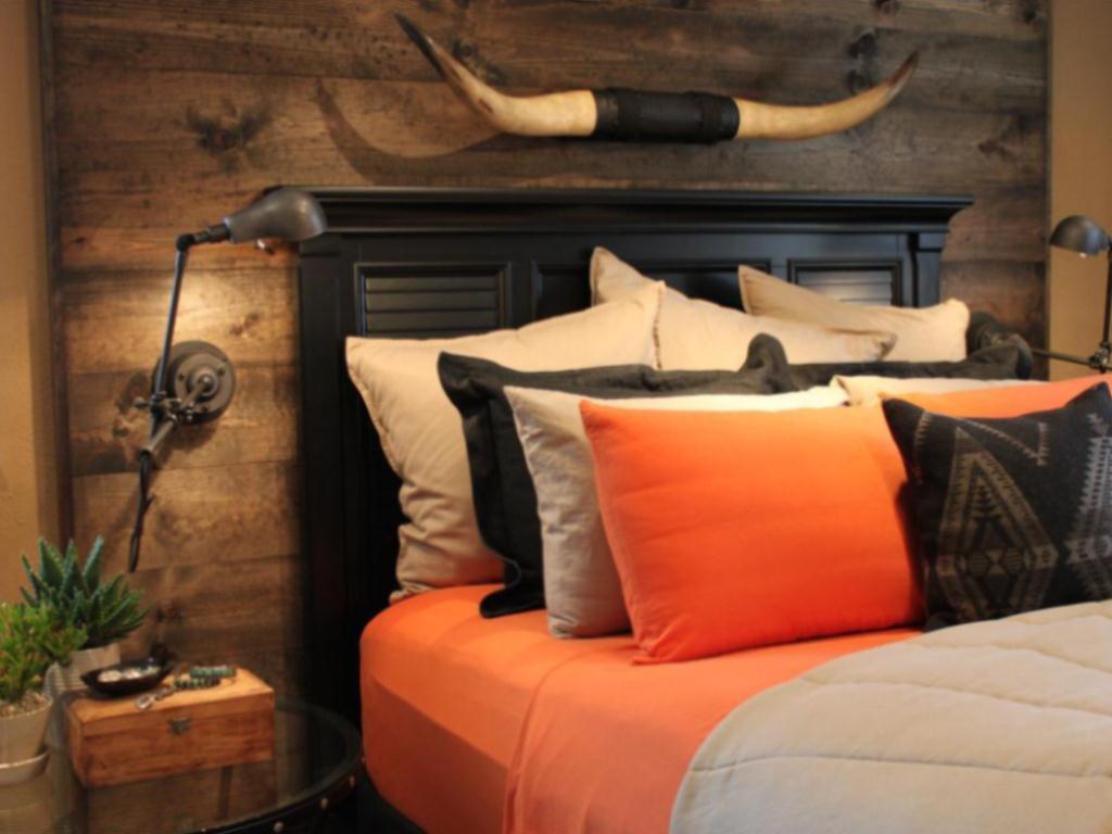 Старая дверь сарая из фактурных досок вполне может стать произведением искусства, если повесить ее над кроватью