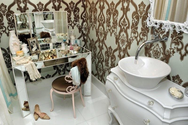 Стеклянная душевая кабина, добротная сантехника, двойной комплект раковин с большим зеркалом и светильниками.