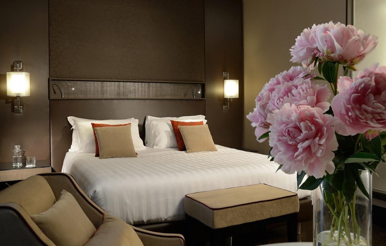 Добавьте в интерьер спальни: две тумбочки, боковые лампы, пару уютных кресел, хороший шкаф для одежды