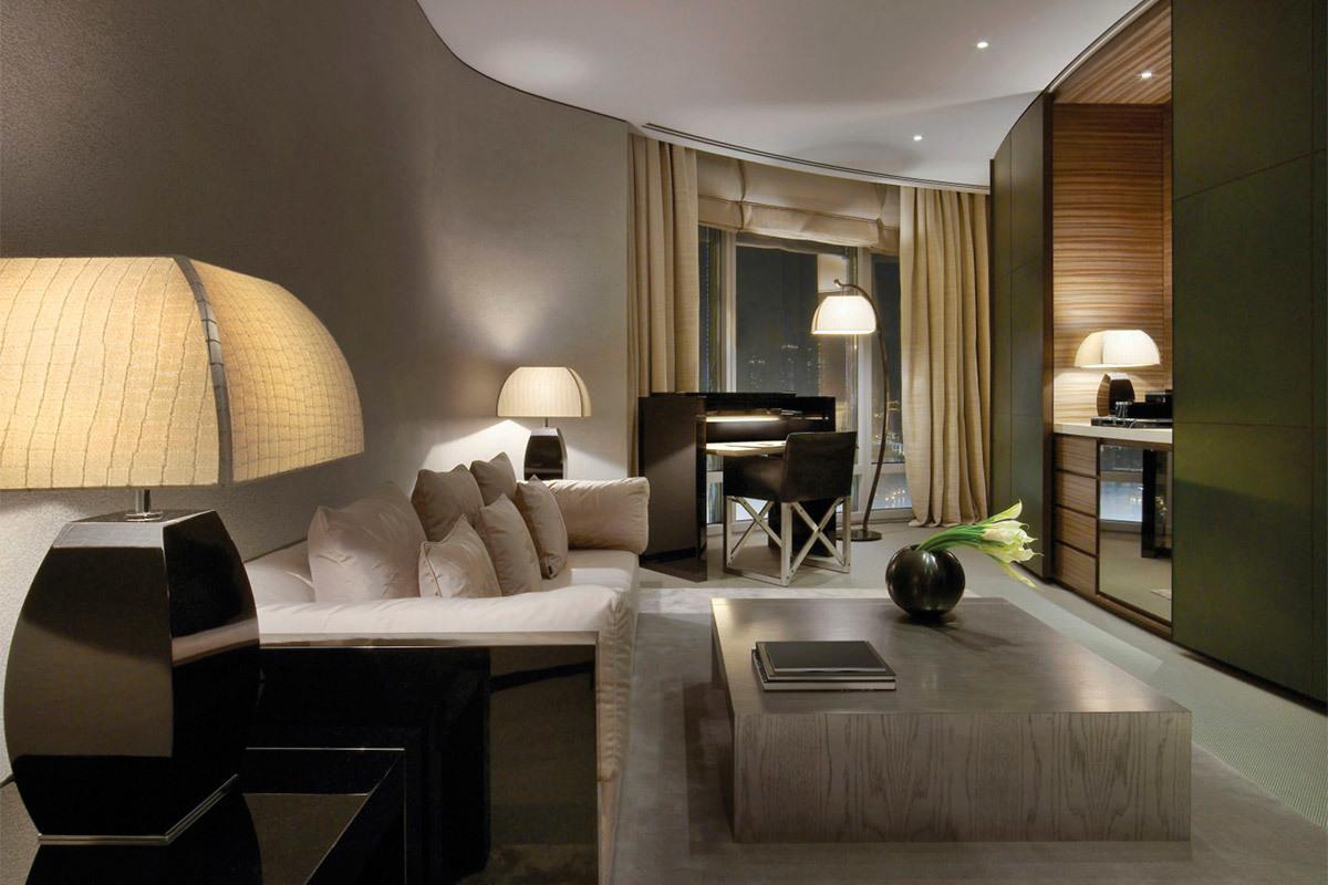 Дизайн роскошной современной гостиной комнаты отеля Armani Hotel Dubai в серо-бежевой гамме.