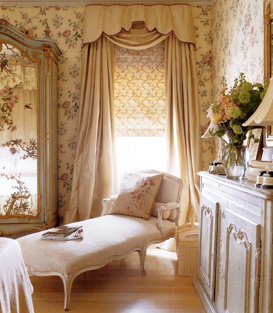 Плотная тяжелая портьерная ткань не пропускает лишний свет и защищает от уличного шума, создает в комнате уютную домашнюю атмосферу.