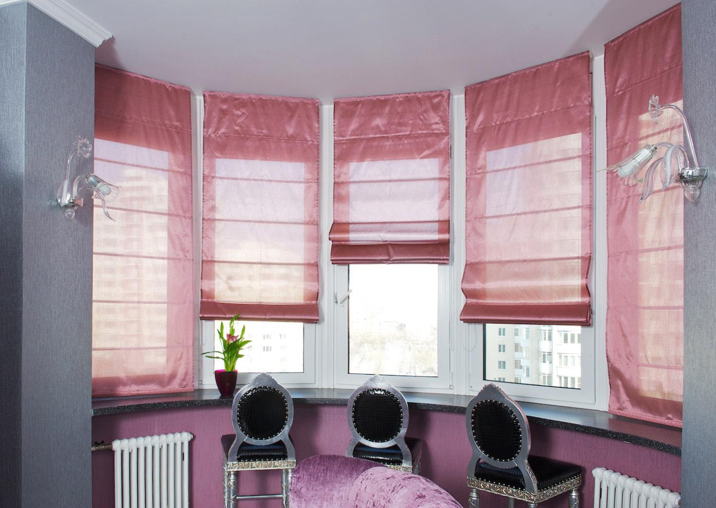 Функционально римская штора используется в дизайне окон для защиты от солнца и яркого света, при этом не утяжеляя интерьер. С точки зрения декорирования, римская штора - интересный беспроигрышный вариант.