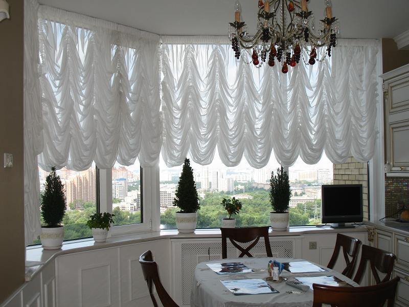 Французские шторы всегда выглядят солидно и респектабельно, придают праздничный церемониальный вид интерьеру.