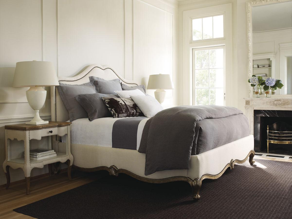 """""""Мебельная строчка"""" из декоративных гвоздей - часть традиционного английского стиля."""